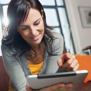vrouw op tablet