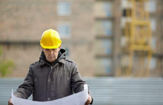 Man bekijkt bouwtekening