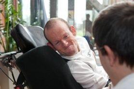 Man in rolstoel in gesprek